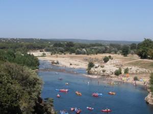 Onder Le Pont du Gard kan gezwommen en gekanoed worden.