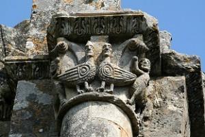 Een van de mooie kapitelen van de abdij van Sauve-Majeure